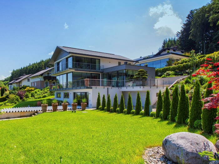 Real Estate in 5163  Mattsee : FANTASTIC LOCATION ON THE MATTSEE LAKE: Trendy panoramic villa with lift and stunning lake views - Picture 1