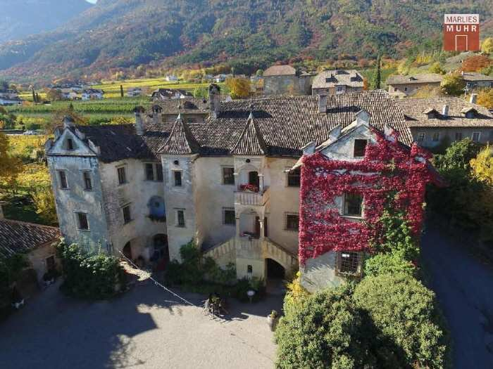 Real Estate in 39057  Eppan/Berg : EPPAN: Fabulous property with tradition and panoramic views of vineyards. - Picture 1