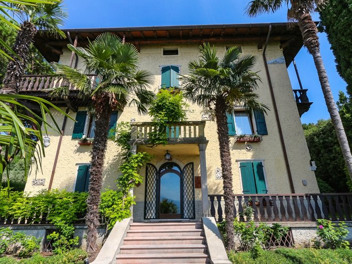 Real Estate in 37010  Torri del Benaco : PICTURESQUE VILLA SURROUNDED BY CYPRESSES, PALMS AND ORANGERIES - Picture 1