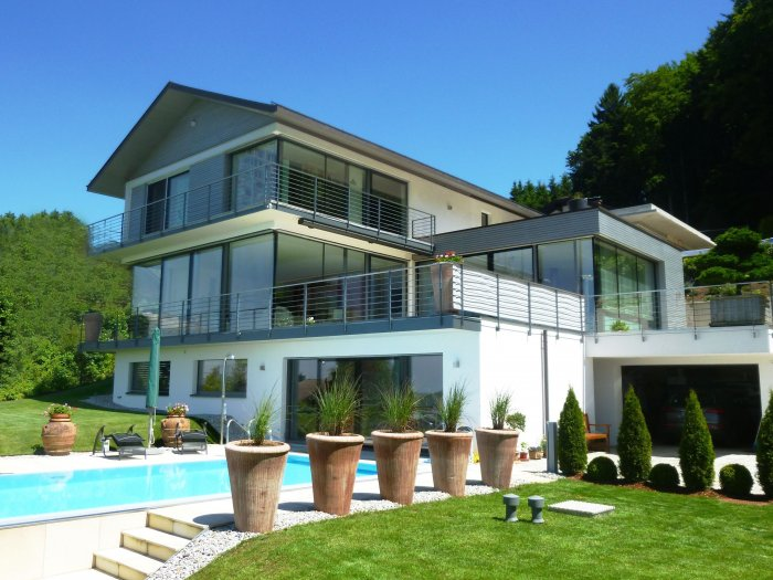 Immobilie in 5163  Mattsee : MATTSEE: Barrierefreie Luxus-Villa mit Lift und herrlichem Seeblick - Bild 1