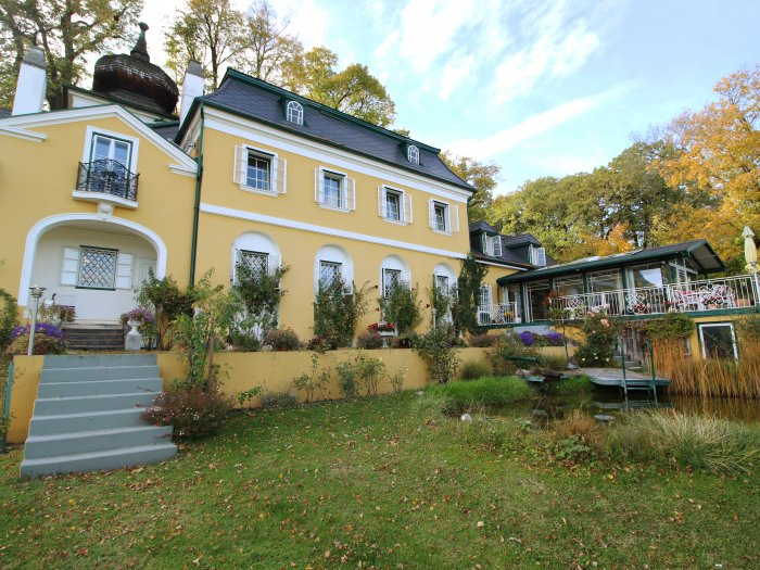 Real Estate in 2372 Gießhübl : 25 MIN. TO THE SOUTH OF VIENNA - GIESSHÜBL: Romantic style property on 6,887 sqm park land! - Picture 1