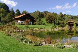 Immobilie in 4894 Oberhofen am Irrsee : RARITÄT DIREKT AM GRÜNLAND: Idyllisches Landhaus mit eigenem Badeteich nahe dem Irrsee!